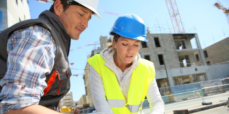 Mujer en la construcción en Chile